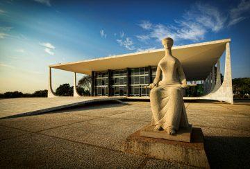 Escultura A Justiça obra de Alfredo Ceschiatti de 1961 diante do STF Supremo Tribunal Federal - sede do Poder Judiciário